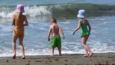 niños-en-la-playa-1050x525